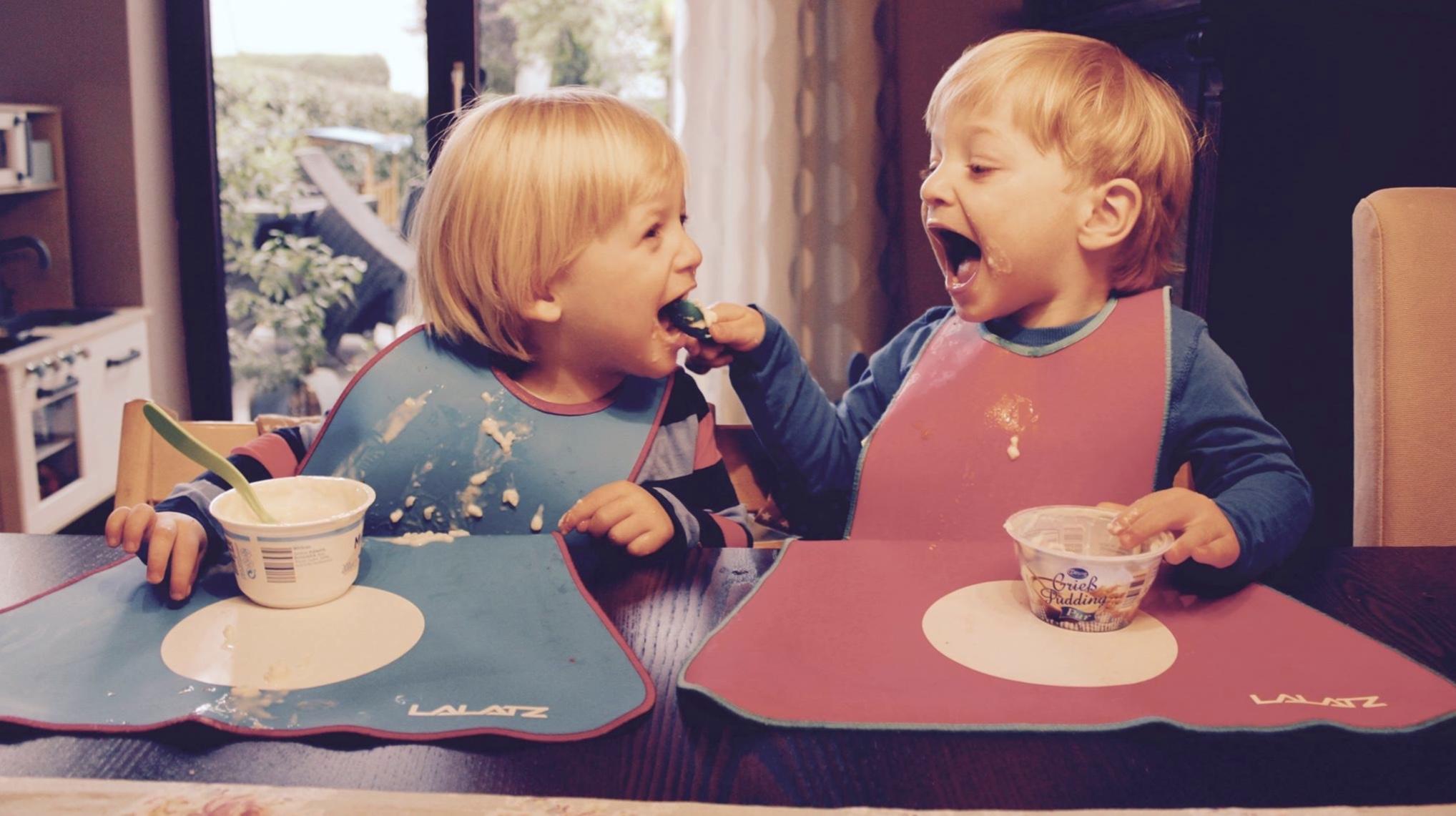 Zwillinge füttern sich gegenseitig