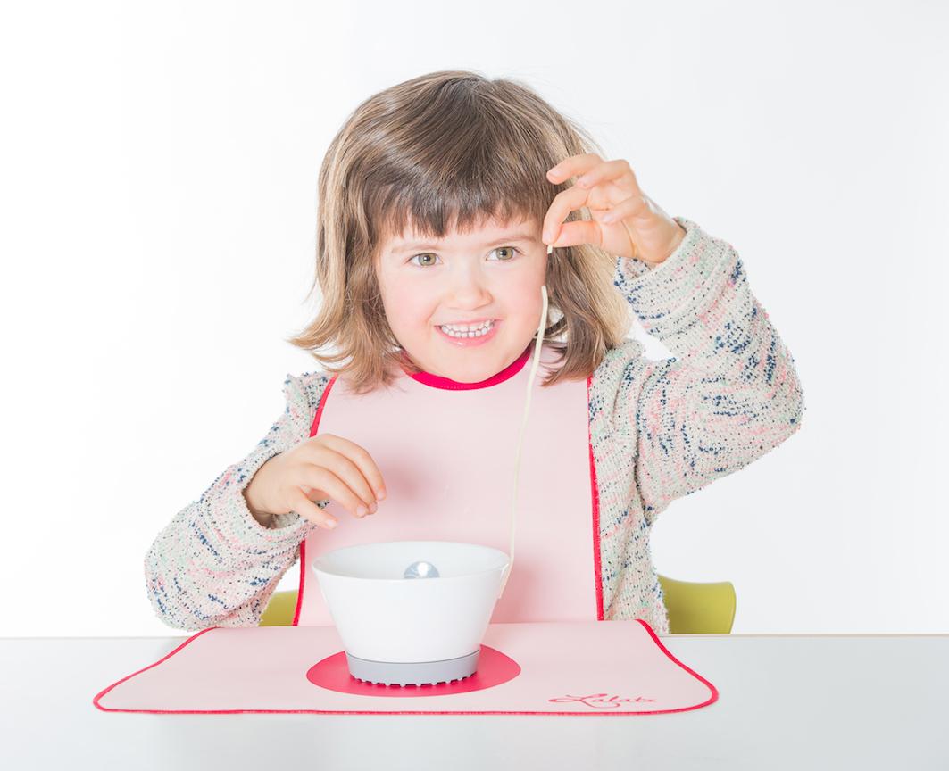 Lätzchen von LaLatz, rosa mit pink, Kind isst Nudeln